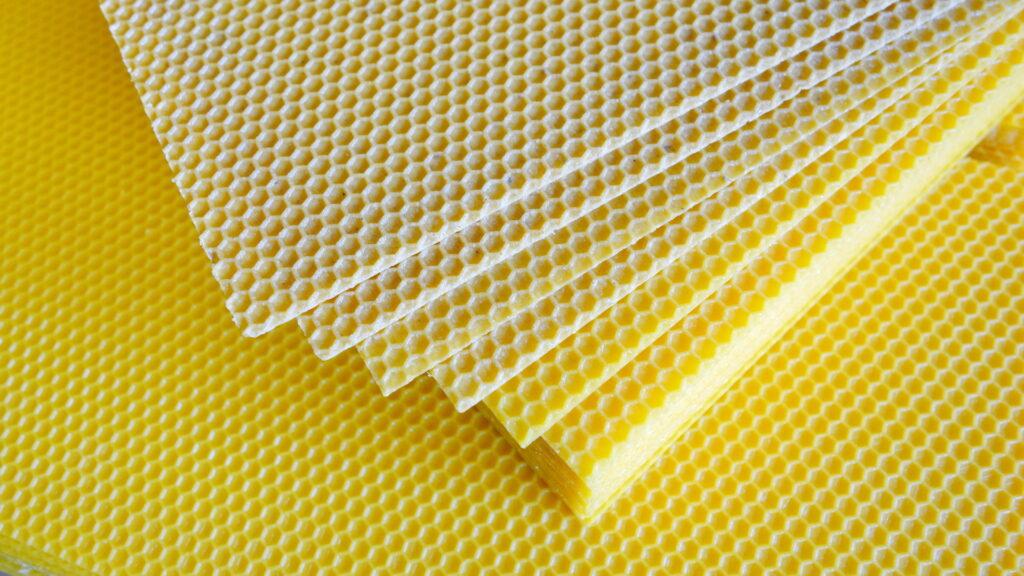 Mittelwände mit Schwebstoffen · Wachsumarbeitung © by Frankenwachs
